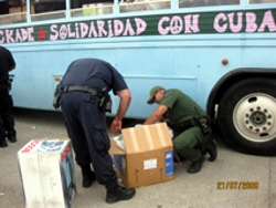 An der Grenze zu Mexiko: Der Zoll der USA untersucht die Spendenpakete.