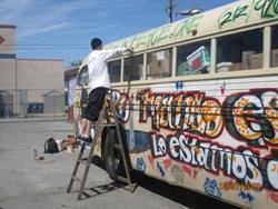 Die gespendeten Busse werden mit Solidaritätsparolen dekoriert.